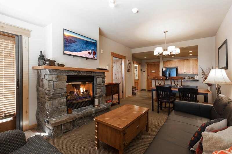 Immaculate ski in ski out condo - direct ski in and out, winter hot tub , gym, c, holiday rental in Polebridge