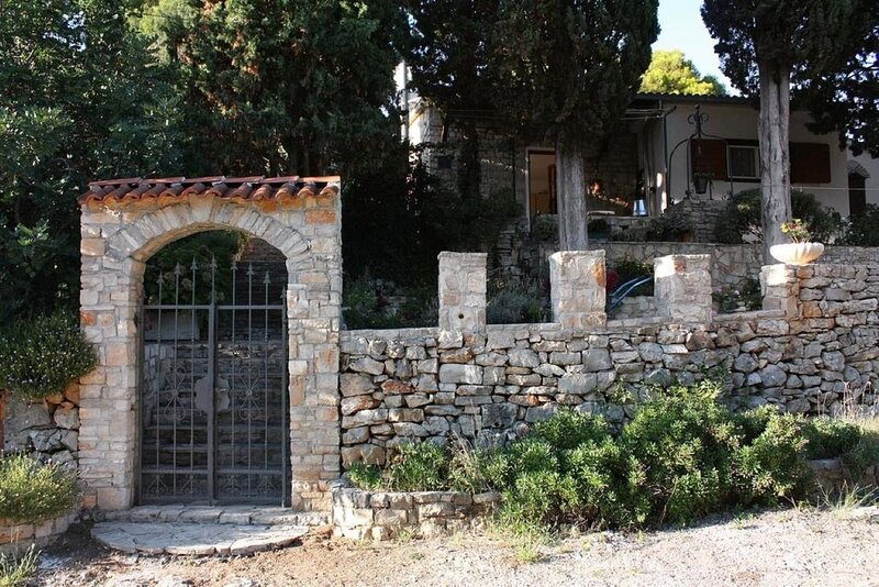 Sunce - relaxing & quiet: H(2+2) - Maslinica, vacation rental in Maslinica