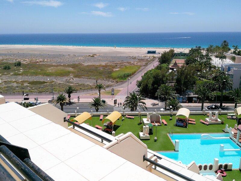 Apartamento 2/4p en 1ª línea de mar,con vistas a la playa,piscinas,equipado.WIFI, aluguéis de temporada em Morro del Jable