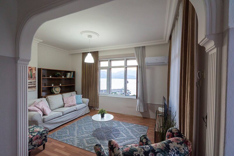 Beautiful sea-view flat in lovely old town, vacation rental in Antalya