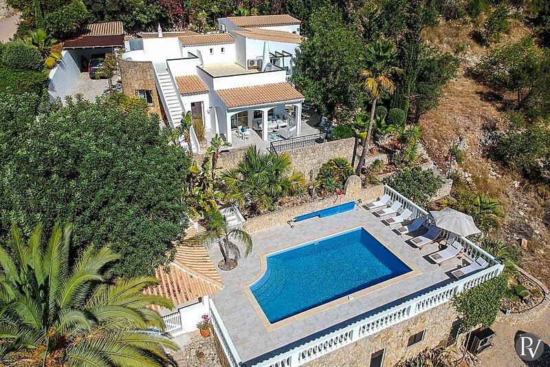 Bordeira Villa Sleeps 10 with Pool Air Con and WiFi - 5875428, location de vacances à Sao Bras de Alportel