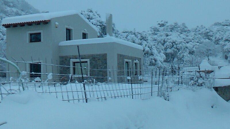 Stunning 4-Bed Villa in Kamariotis Psiloritis area, casa vacanza a Drosia