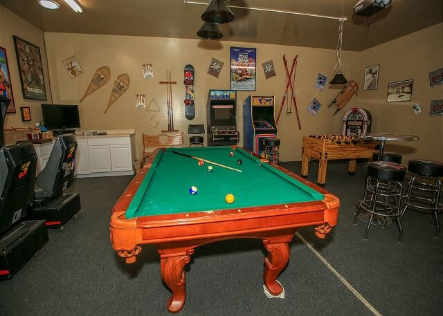 NEW! Great Log Family Cabin with FUN FILLED Gameroom and private hot tub, alquiler de vacaciones en Big Bear City
