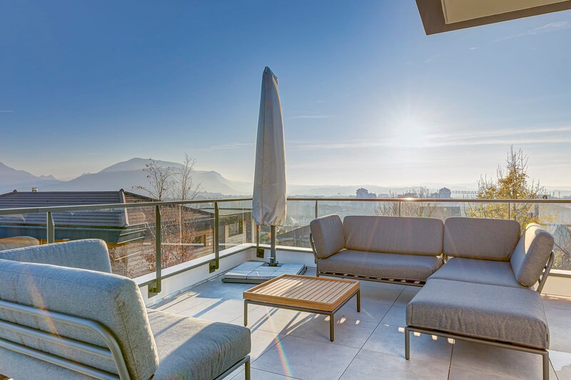 Serenity - 3 bedroom top floor apartment, parking & lake view terrace, holiday rental in Annecy-le-Vieux