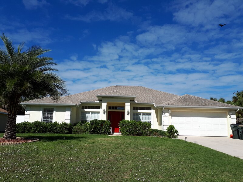 Beautiful 2150 sq. Ft. Home with pool for Winter 2020-21, vacation rental in North Port