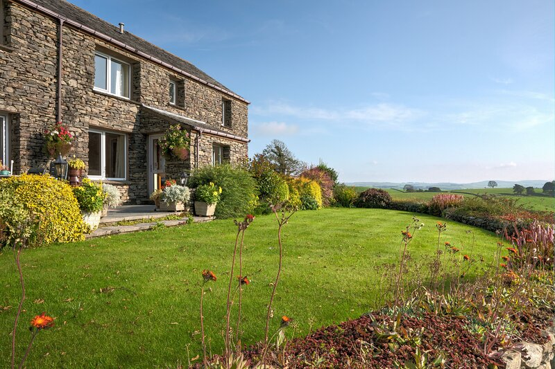 High Butterbent Cottage - 3-bedroom Lakeland cottage with magnificent views of K, holiday rental in New Hutton