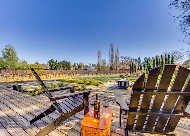 Sun-Soaked Private Vineyard Haven with Firepit, Fireplace & Outdoor Oasis, alquiler de vacaciones en Geyserville