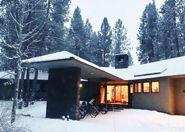 Unique Home on Fairway | Private Hot Tub, Game Room, 2 Fireplaces & Bikes, holiday rental in Central Oregon