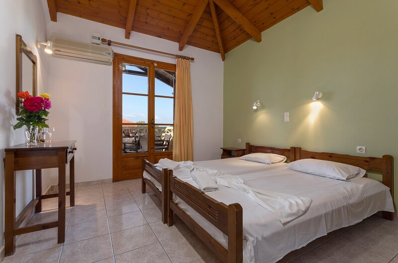 Anemomylos Studios - Attic Two-Bedroom Apartment, location de vacances à Xirokastello