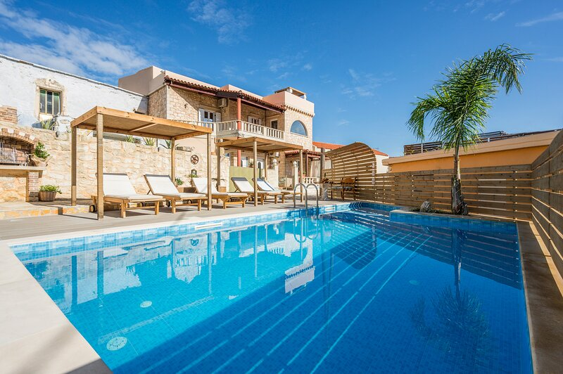 Casa Belvedere with Private Pool and Jacuzzi, alquiler vacacional en Kournas