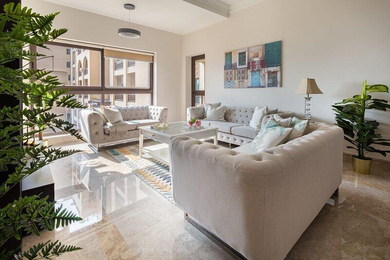 Luxurious 2BR on Palm with Beach Access & 2 Balconies, casa vacanza a Hatta