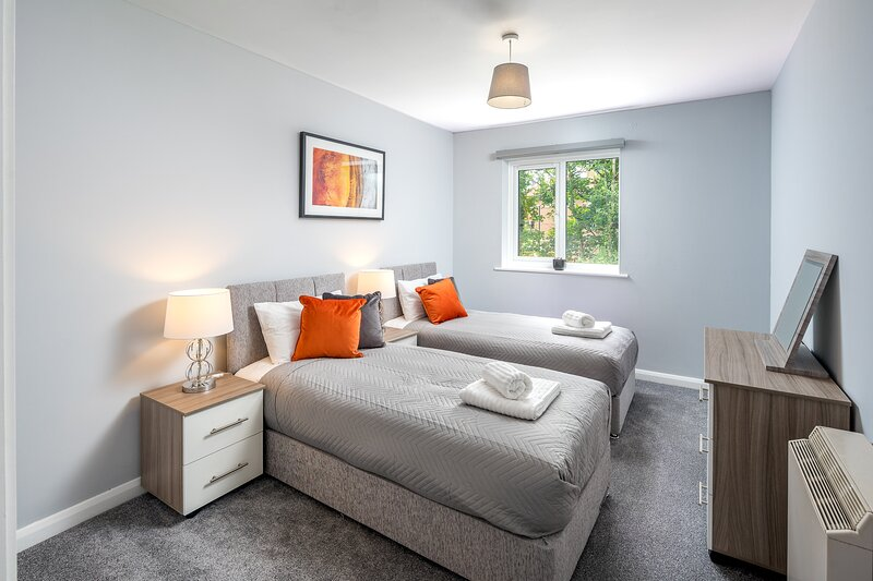 Sublime Stays Thornhill by Crawley Centre w/Parking & Netflix, vacation rental in Mannings Heath