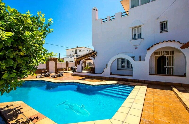 R116  Amplia casa con piscina privada a 10 min de la playa, alquiler vacacional en Cunit