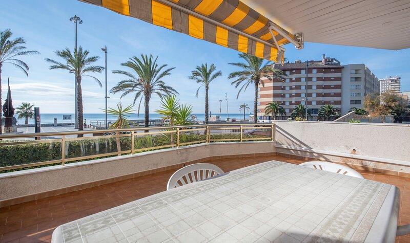 R113 Beachfront Apartment Romeu, aluguéis de temporada em Calafell
