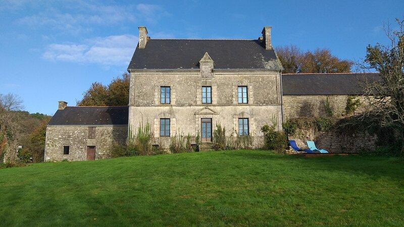 Une maison de maître en granit  de 300 m² habitable, à 20mn du Golfe du Morbihan, alquiler de vacaciones en Sulniac