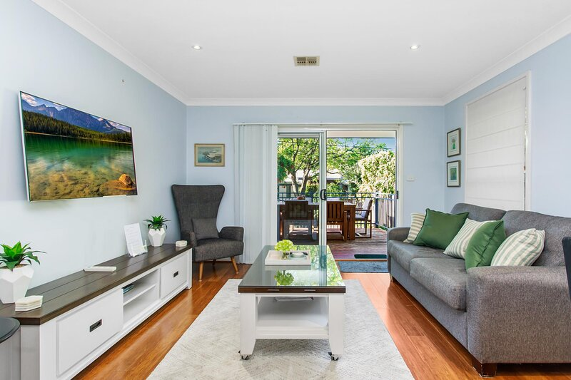 Family House with Parking and BBQ Deck Near Shopping, holiday rental in Phillip