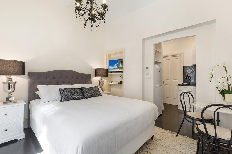 Chic CBD Studio in Heritage House with Pool and BBQ, holiday rental in Yarra Glen