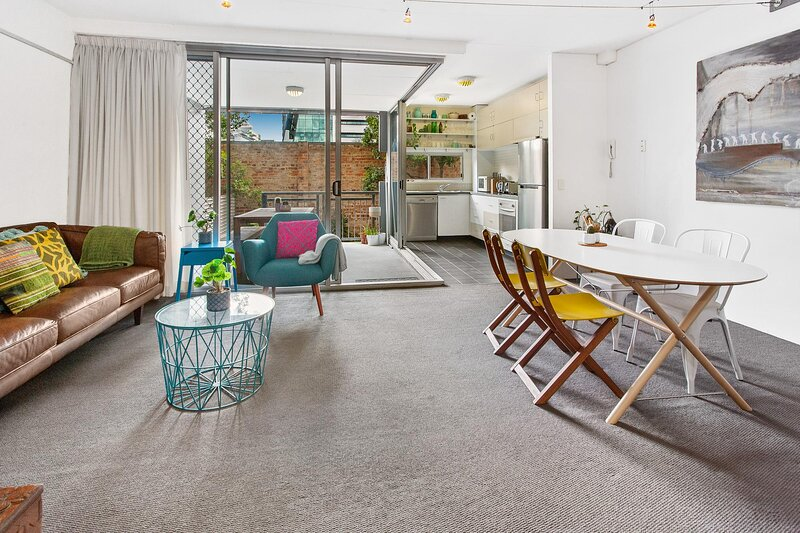 Stylish Valley Unit With Terrace, Parking and Pool, holiday rental in Chermside