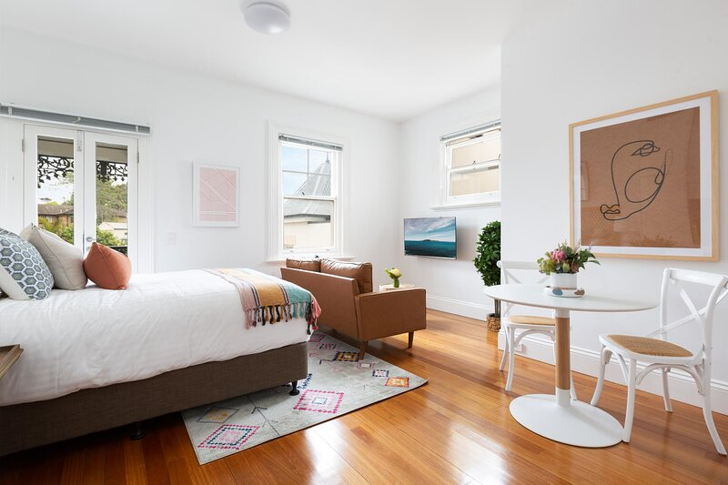 Cosy Sunlit Studio 20 Minutes From CBD, holiday rental in Summer Hill