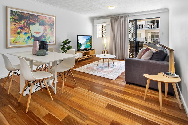 One-Bed Apartment With Balcony and Parking near CBD, holiday rental in Chermside
