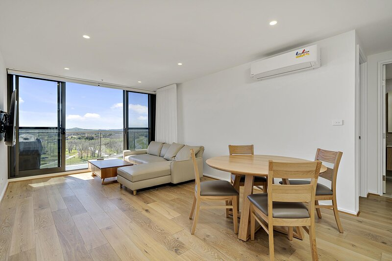 Modern 1-Bed Apartment With Parking, Pool and Gym, holiday rental in Australian Capital Territory