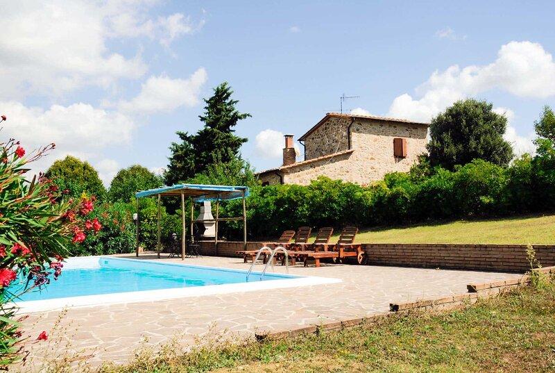 Stone villa with great views and a private pool, alquiler vacacional en Monterotondo Marittimo