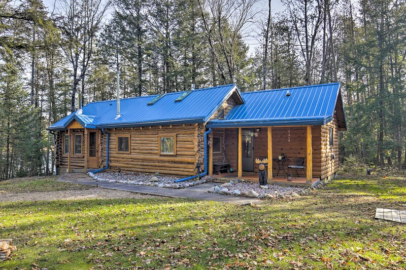 NEW! Rustic Retreat: Private Dock, Yard, Fire Pit!, casa vacanza a Lakewood