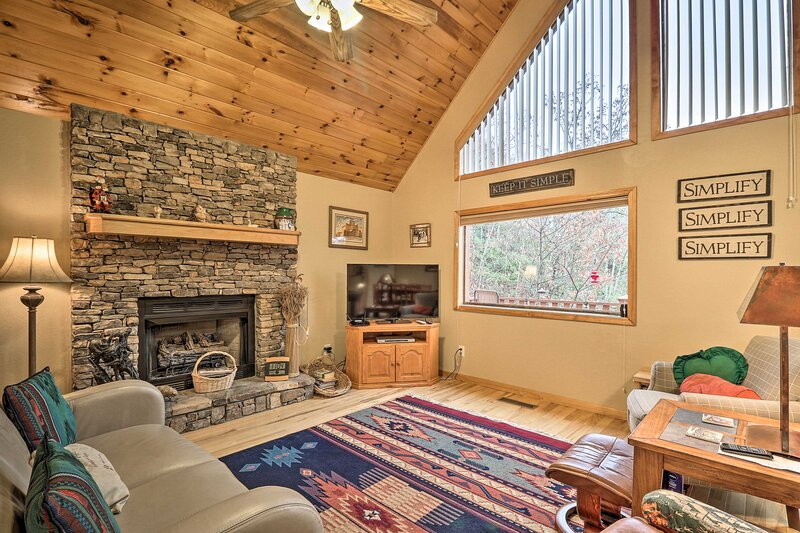 NEW! Murphy Cabin w/ Deck & Nantahala Forest Views, holiday rental in Brasstown