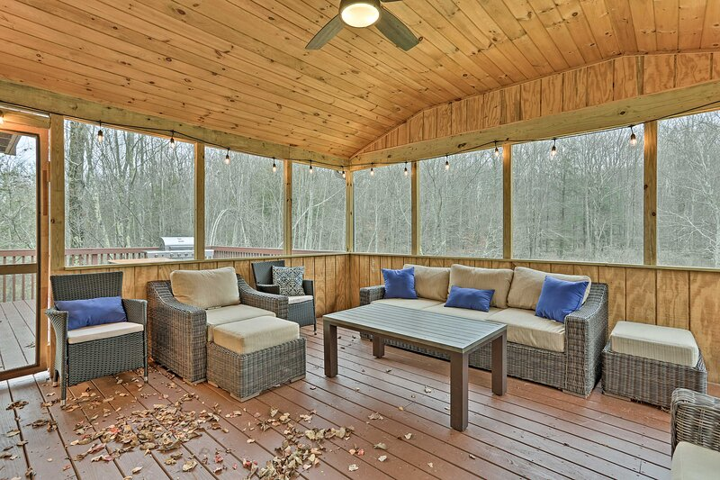 NEW! Pocono Mountain Retreat w/ Deck & Pool Access, location de vacances à Lakeville