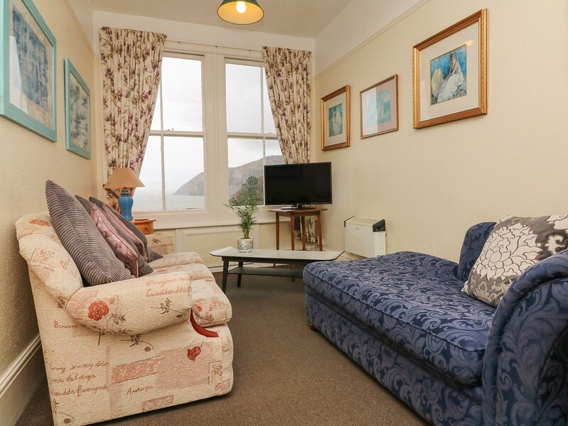 FLAT 5, first floor apartment, pet welcome, sea and village views, in Lynmouth, holiday rental in Barbrook