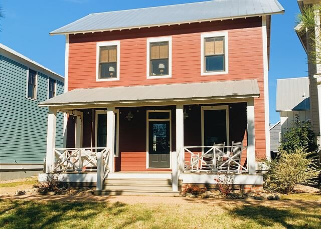 Carlton Landing! Adorable home for 12 right on Redbud Park., alquiler de vacaciones en Eufaula