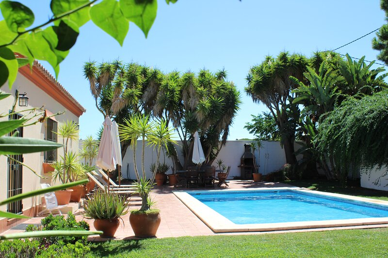 3 bedroom Villa with Pool, WIFI, Aircon, alquiler vacacional en Chiclana de la Frontera