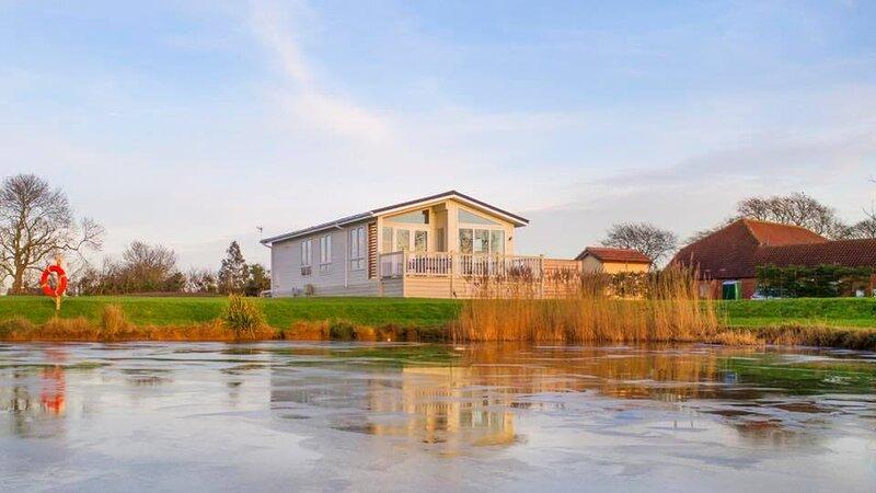 Breeze Lodge with PRIVATE HOT TUB, alquiler de vacaciones en Claythorpe