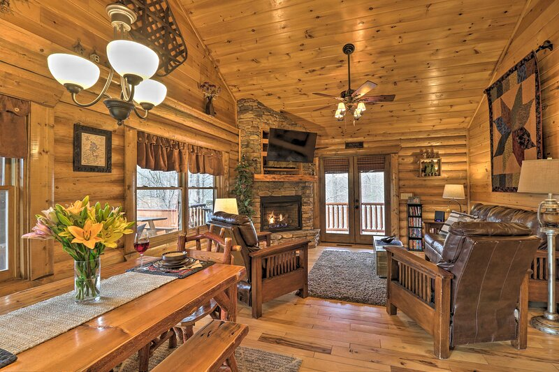 Peaceful Forest Escape w/ Game Room + Hot Tub, holiday rental in Blue Ridge