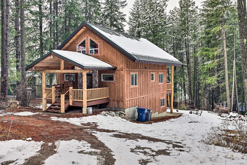 NEW! Leavenworth Cabin w/ Hot Tub + Theater Room!, holiday rental in Plain