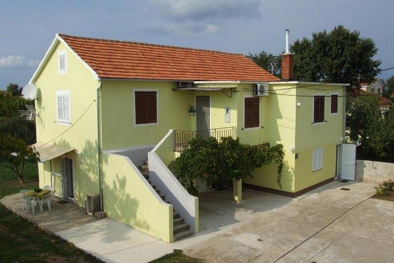Miran - family apartments with garden terrace A1(4) - Zaton (Zadar), location de vacances à Zaton
