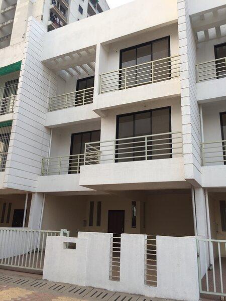Spacious Private Row House, alquiler de vacaciones en Thane