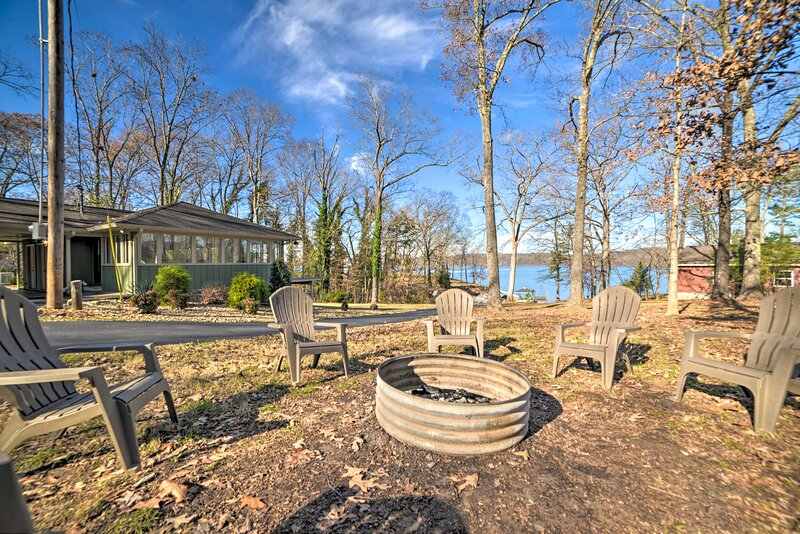 Secluded Lakefront Haven w/ Dock on Kentucky Lake!, vacation rental in Aurora