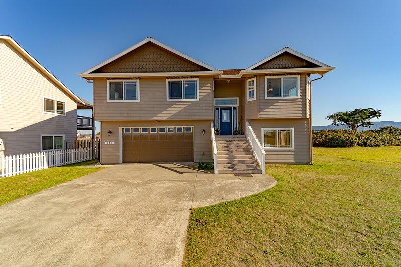 Gorgeous home w/ the ocean & beach just beyond your front door!, vacation rental in Klamath