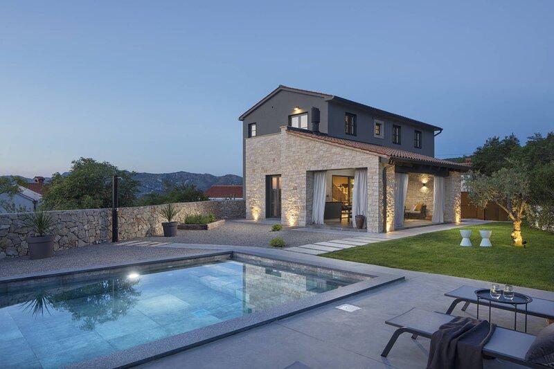 Amazing Villa Vizzani, with a Pool, location de vacances à Strmac