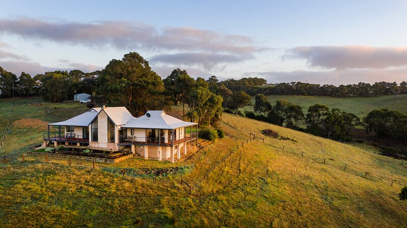 Old Coach Road Estate (OCRE) - Simply Stunning views from this gorgeous villa!, location de vacances à Victor Harbor