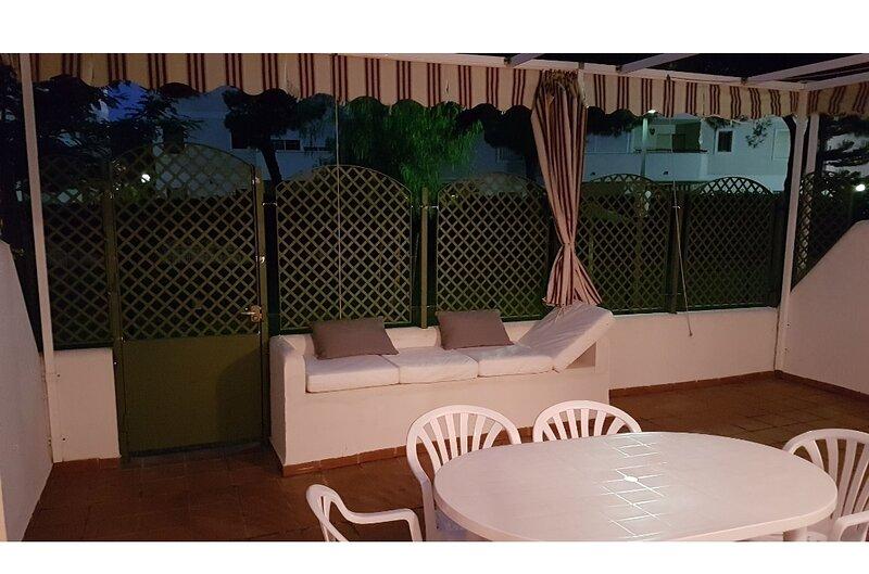 Apartamento con patio, piscina, paddel y pista deportiva, holiday rental in El Portil