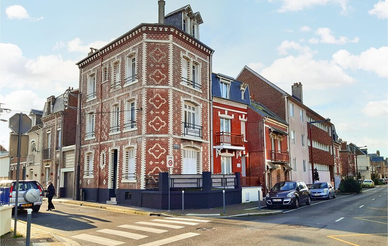 Nice home in Mers-les-Bains with 8 Bedrooms (FNR045), holiday rental in Eu