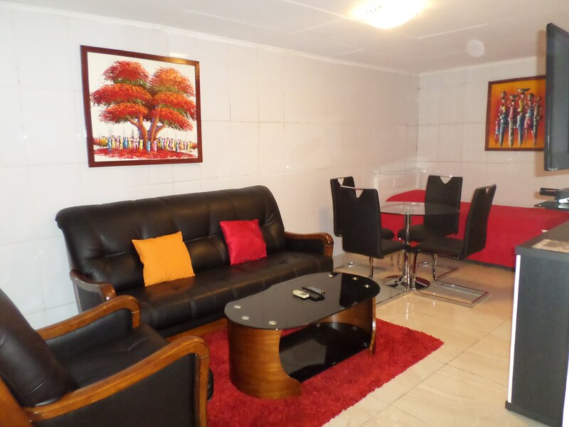 Modern & cosy 1 BDR. house with optical fiber, near: Airport, restaurants, shops, location de vacances à Gabon