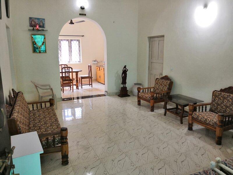 Entire top floor of villa - 3bhk . one minute walk to Morjim beach., holiday rental in Morjim