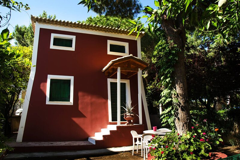 Vardiola Holiday Tower - 73m from the beach!, holiday rental in Killinis