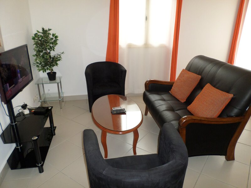 Comfy 1 BR. house with wifi (optical fiber), near: Airport, restaurants, shops, location de vacances à Gabon