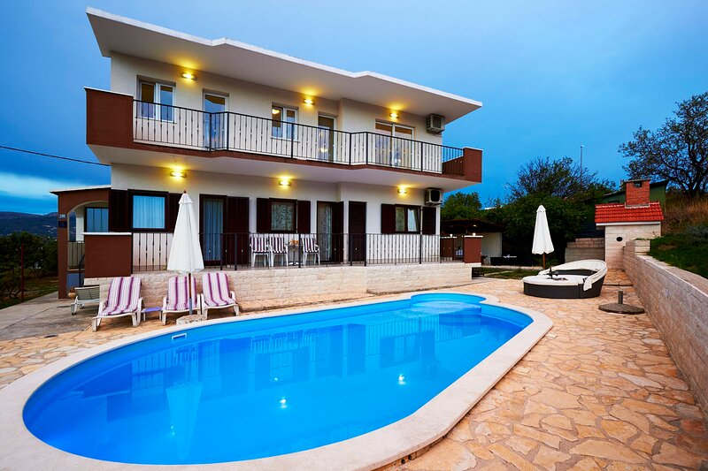 Vranjic Villa Sleeps 10 with Pool Air Con and WiFi - 5875624, holiday rental in Vranjic