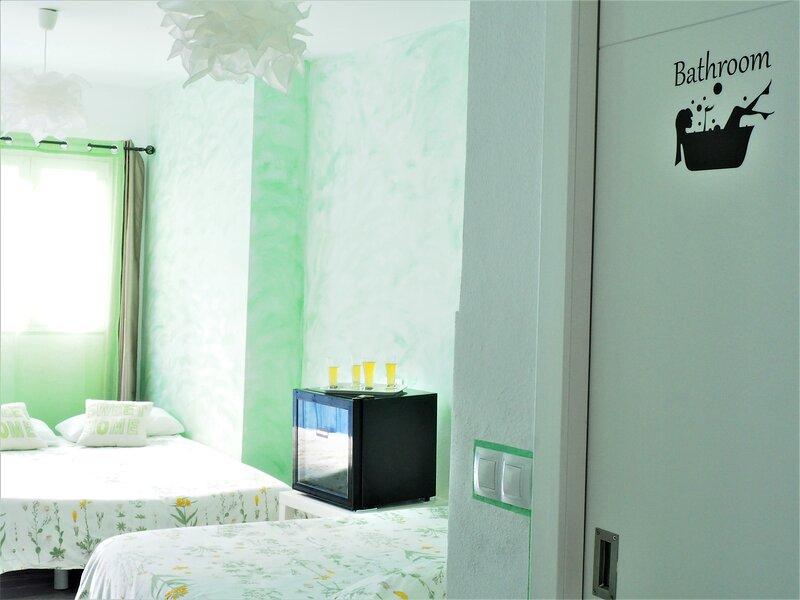 Dormitorio familiar con baño privado en casa renovada, holiday rental in Torre Melgarejo