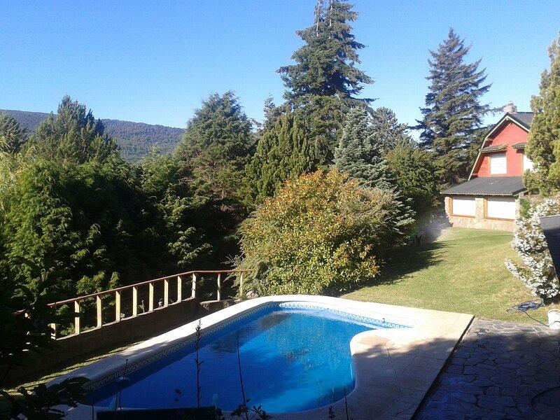 Hermosa casa con pileta y jardín en San Martin de los Andes, alquiler de vacaciones en San Martín de los Andes